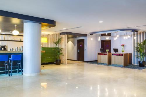 O saguão ou recepção de Park Inn by Radisson Dammam