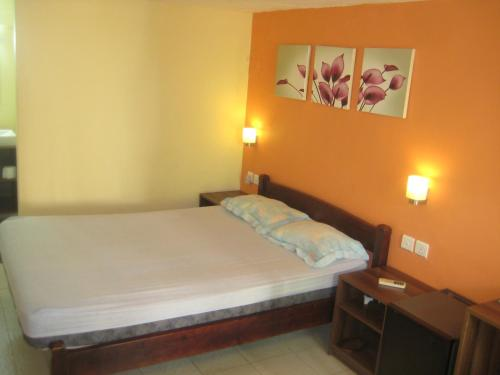 A bed or beds in a room at Le Cactus Guest House