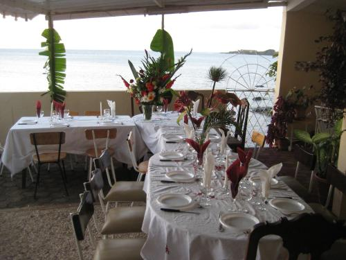 A restaurant or other place to eat at Le Cactus Guest House