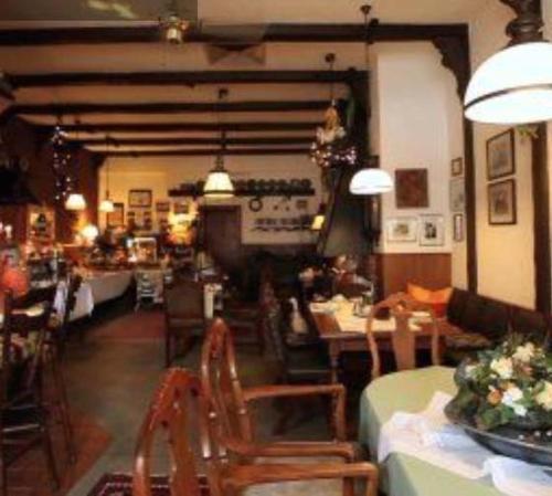Ein Restaurant oder anderes Speiselokal in der Unterkunft Zentral Hotel Poststuben