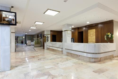 The lobby or reception area at Hotel Alixares