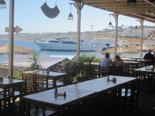 مطعم أو مكان آخر لتناول الطعام في قرية شاركس باى اومبى