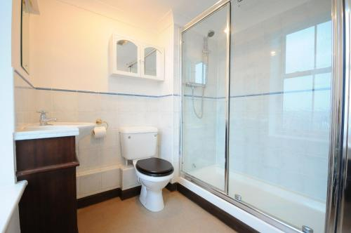 A bathroom at Town or Country - Imperial Apartments