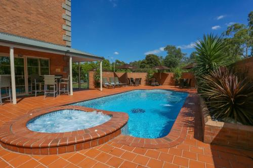 The swimming pool at or close to Best Western Plus Hovell Tree Inn