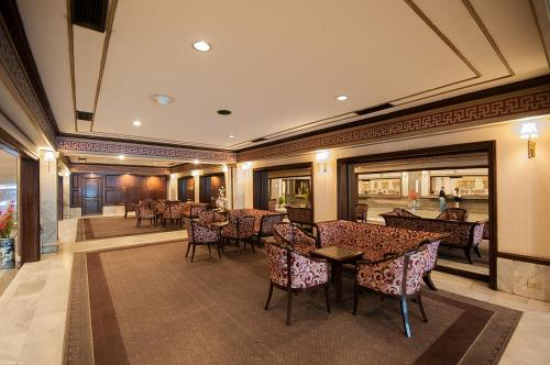 A restaurant or other place to eat at Diamond Plaza Hotel