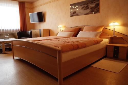 Ein Bett oder Betten in einem Zimmer der Unterkunft Pension Hühn
