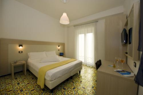 A bed or beds in a room at Hotel Torre Di Milo