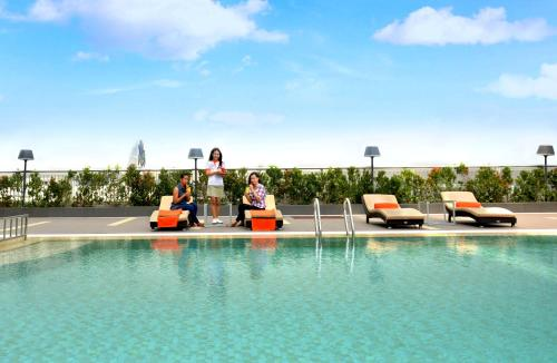 The swimming pool at or near HARRIS Hotel & Conventions Bekasi