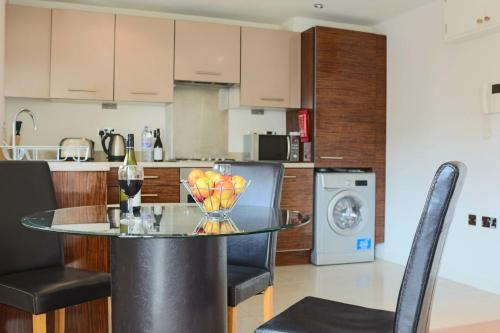 A kitchen or kitchenette at Southampton Serviced Apartments