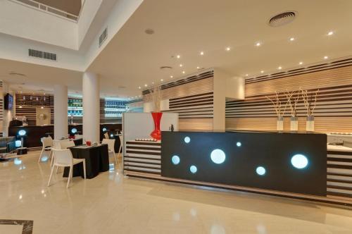 El vestíbulo o zona de recepción de Hotel Ceuta Puerta de Africa