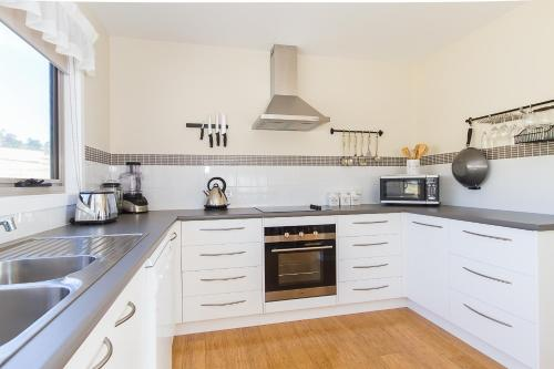A kitchen or kitchenette at Catherine Lodge Farm Gate Cottages