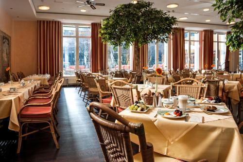 Ein Restaurant oder anderes Speiselokal in der Unterkunft Hotel Elbflorenz Dresden