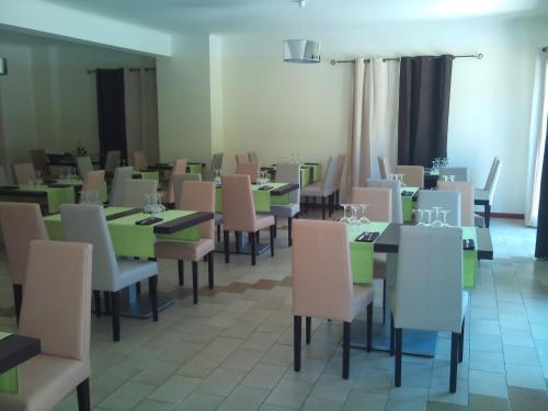 Restaurant ou autre lieu de restauration dans l'établissement Le Riviera