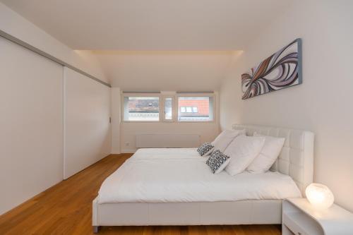 Een bed of bedden in een kamer bij Designer Prague City Apartments