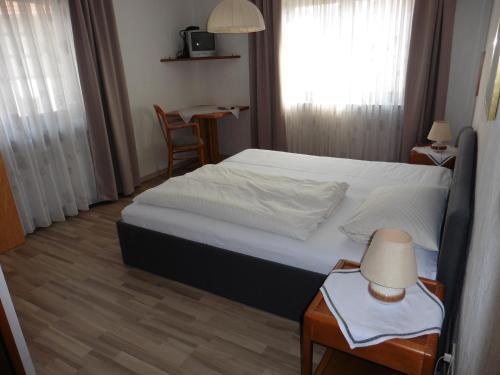 Ein Bett oder Betten in einem Zimmer der Unterkunft Gasthof Rockensüß