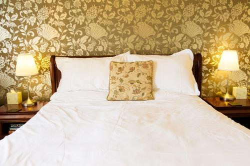 A bed or beds in a room at White Horse Inn & Restaurant