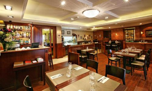 A restaurant or other place to eat at Gold Hotel Budapest