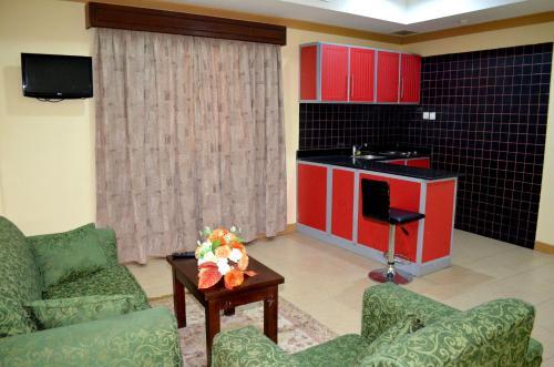Uma área de estar em Al Thill Hotel