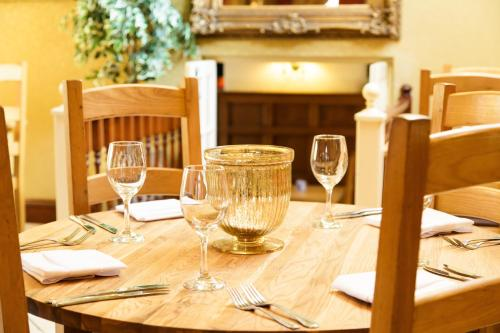A restaurant or other place to eat at White Horse Inn & Restaurant