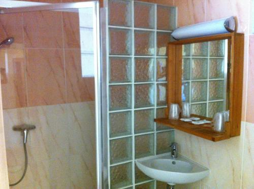 A bathroom at Les Palmiers