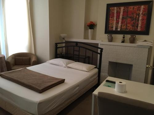 A bed or beds in a room at Adas Guesthouse