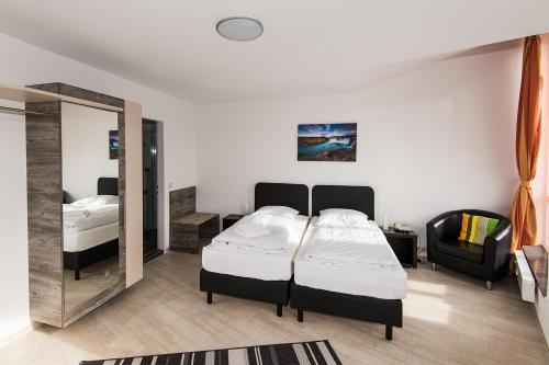 A bed or beds in a room at Hotel am Nikolaiort (former Hotel Nikolai)