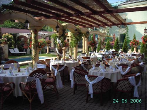 A restaurant or other place to eat at Hotel Bow Garden