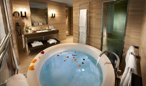 Ett badrum på Hotel Cavour