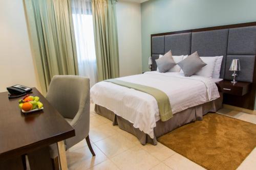 Cama ou camas em um quarto em Baisan Suites Al Jubail