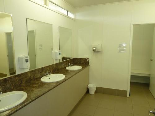 A bathroom at Chinchilla Tourist Park