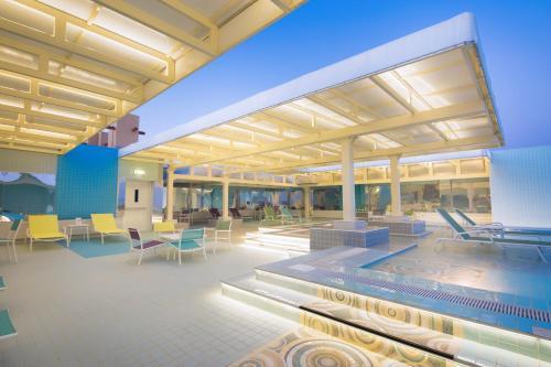 المسبح في Ayla Bawadi Hotel أو بالجوار