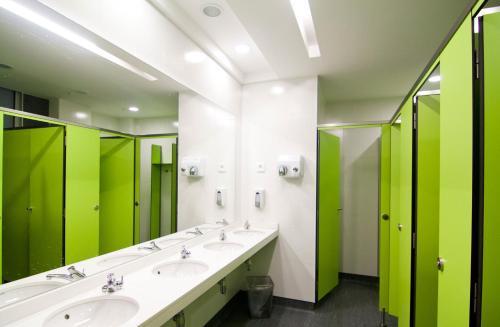 A bathroom at St Christopher's Inn Barcelona