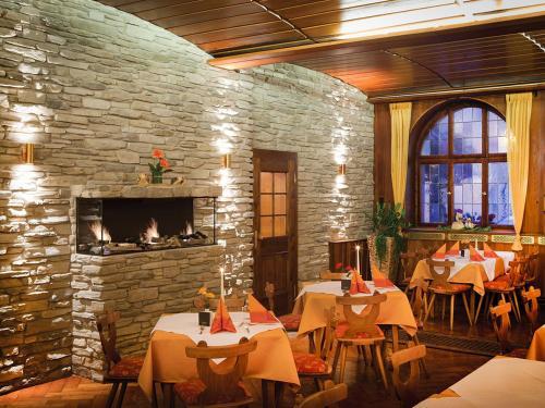 A restaurant or other place to eat at Hotel und Gästehaus Kreuz