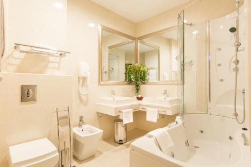 A bathroom at Hotel President Solin