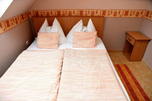 A bed or beds in a room at Abbázia Apartman