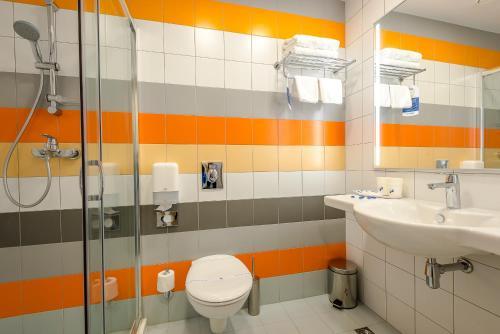 A bathroom at SKYEXPO Hotel