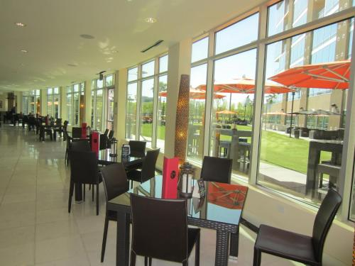 A restaurant or other place to eat at University Plaza Waterfront Hotel