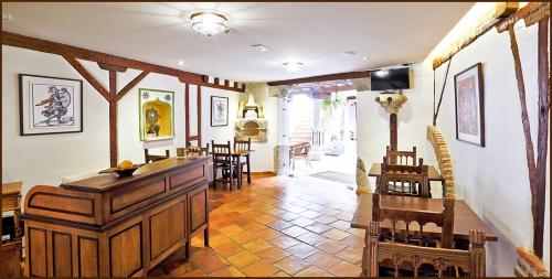 A restaurant or other place to eat at Posada del Tio Juanón