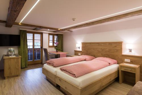 A bed or beds in a room at Hotel Restaurant Hirschen