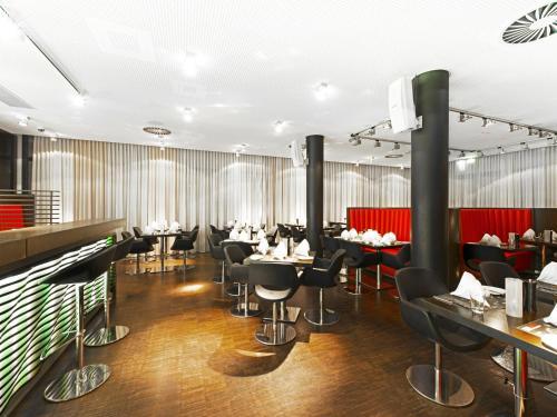 Ein Restaurant oder anderes Speiselokal in der Unterkunft DORMERO Hotel Frankfurt