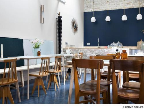 A restaurant or other place to eat at Hôtel Henriette