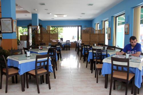 A restaurant or other place to eat at Hotel Oasis