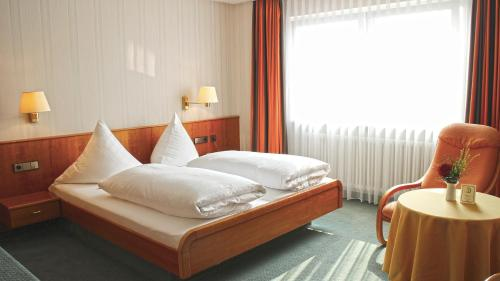 A bed or beds in a room at Hotel Zum Schiff