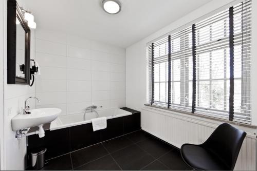 A bathroom at College Hotel Alkmaar