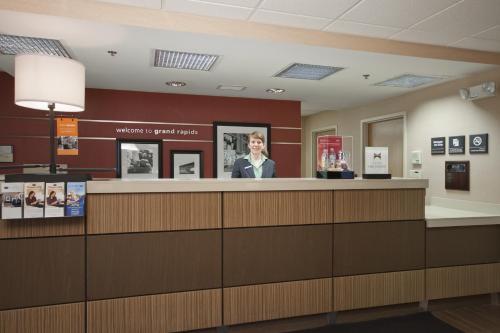The lobby or reception area at Hampton Inn Grand Rapids/North