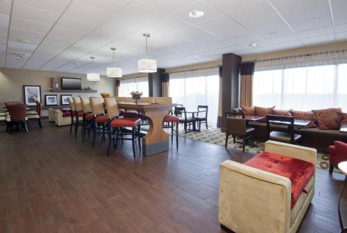 A restaurant or other place to eat at Hampton Inn Grand Rapids/North