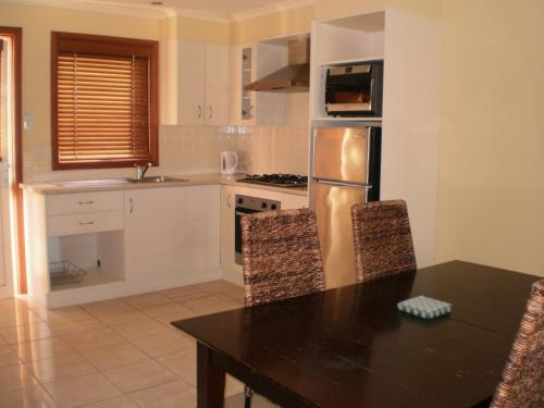 A kitchen or kitchenette at Best Western Colonial Village Motel