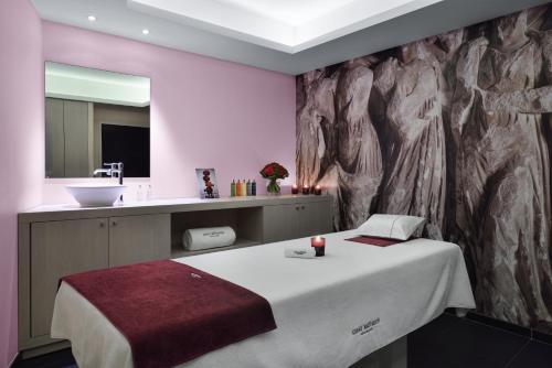 A bathroom at Hôtel & Spa Jules César Arles - MGallery Hotel Collection