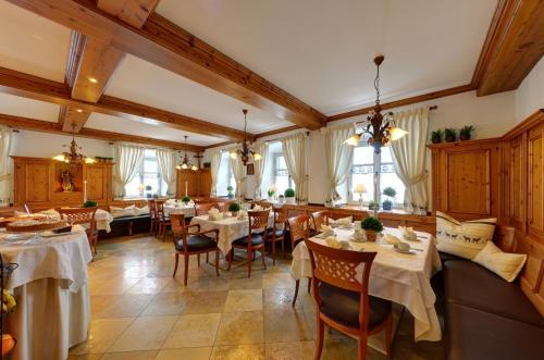 Ein Restaurant oder anderes Speiselokal in der Unterkunft Hotel zur Post garni