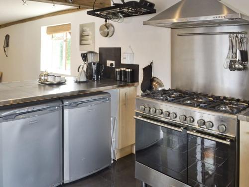 A kitchen or kitchenette at Oak Tree 1